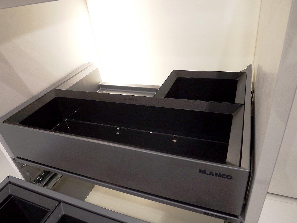 Система сортировки отходов и хранения Blanco SELECT 60/3 Orga на московской выставке МЕБЕЛЬ 2013. Вид Г