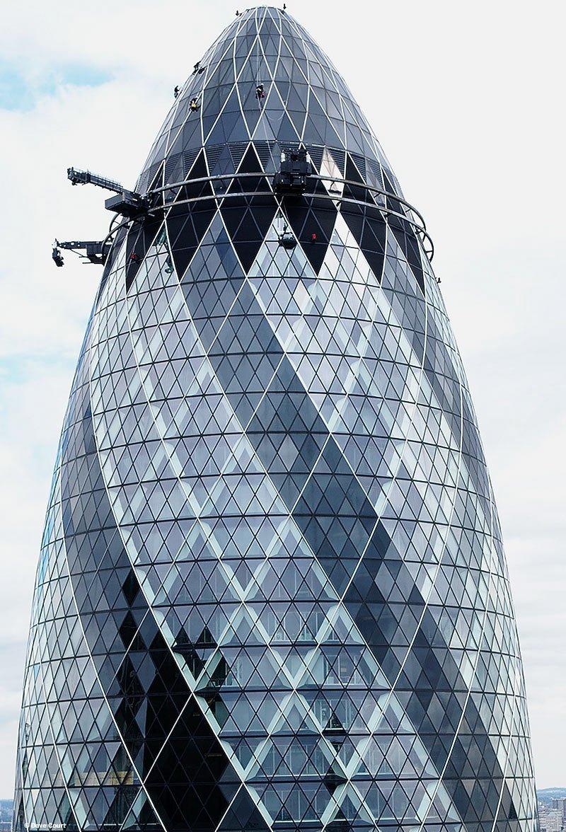 Иллюстрация к интервью с мойщиком поверхности 40-этажного здания в Лондоне. Вид на вершину здания