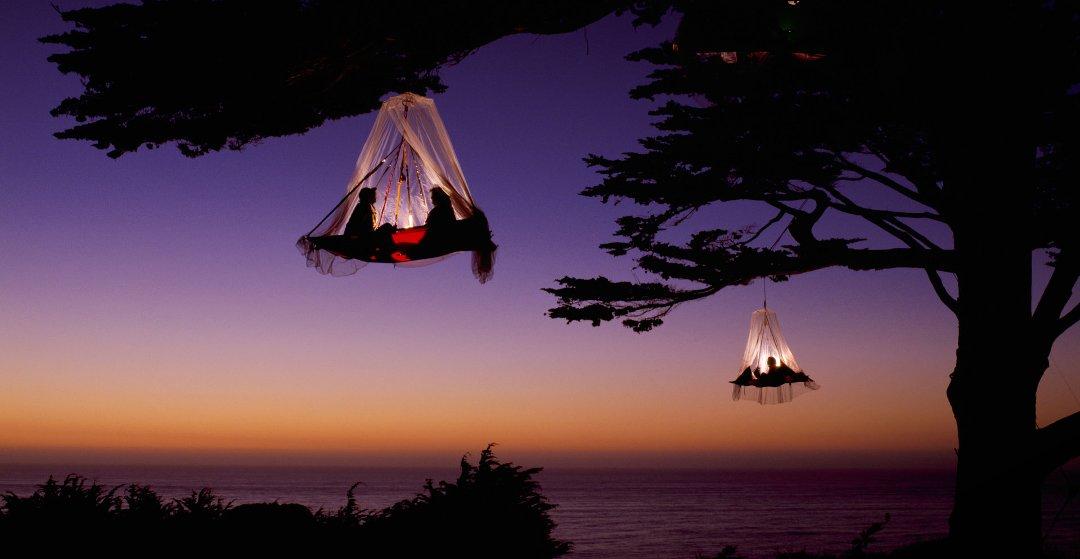 Развлекательный вариант применения подвесных палаток (portaledge), используемых скалолазами