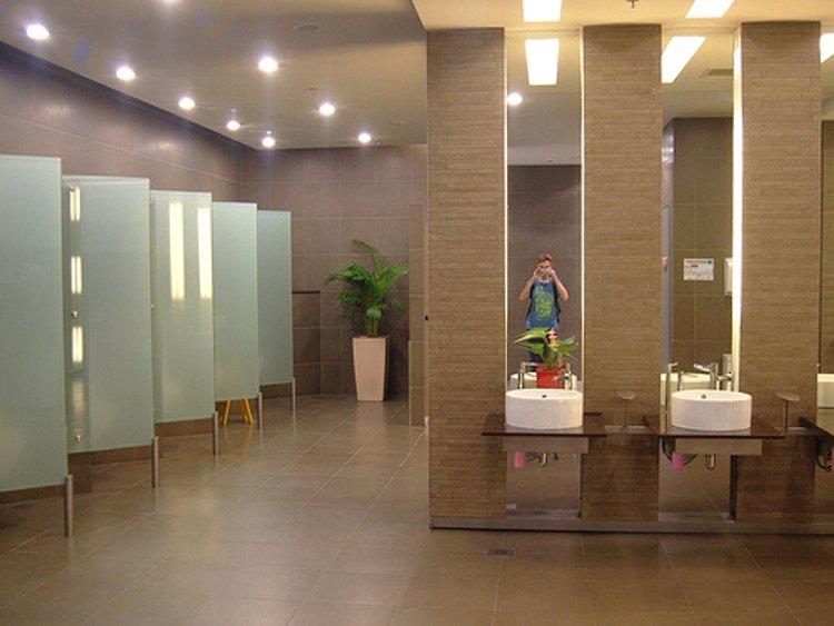 Туалет в одном из терминалов сингапурского аэропорта