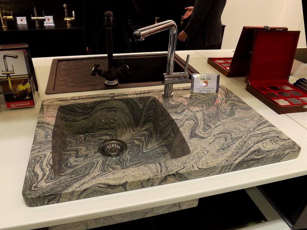 Гранитная кухонная мойка и смеситель Omoikiri на выставке МЕБЕЛЬ 2013 в московском Экспоцентре. Вид А