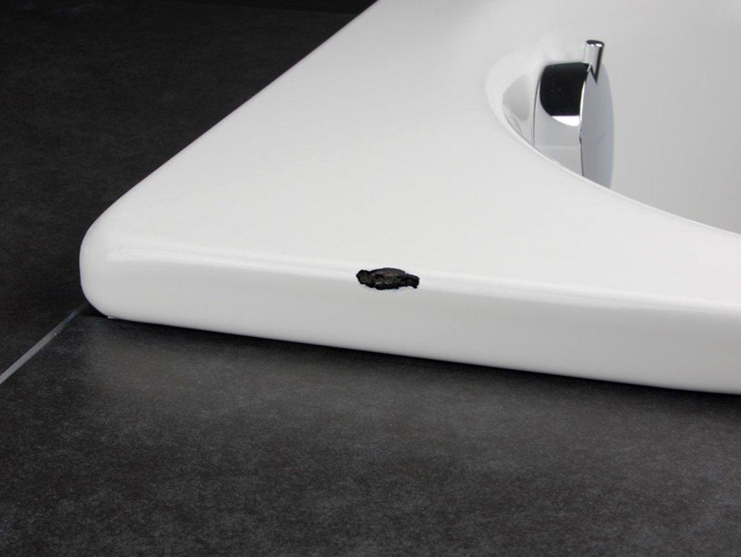 Скол эмали. Иллюстрация к инструкции по восстановлению эмали и ремонте сколов ванны или раковины помощью ремонтного комплекта от Cramer