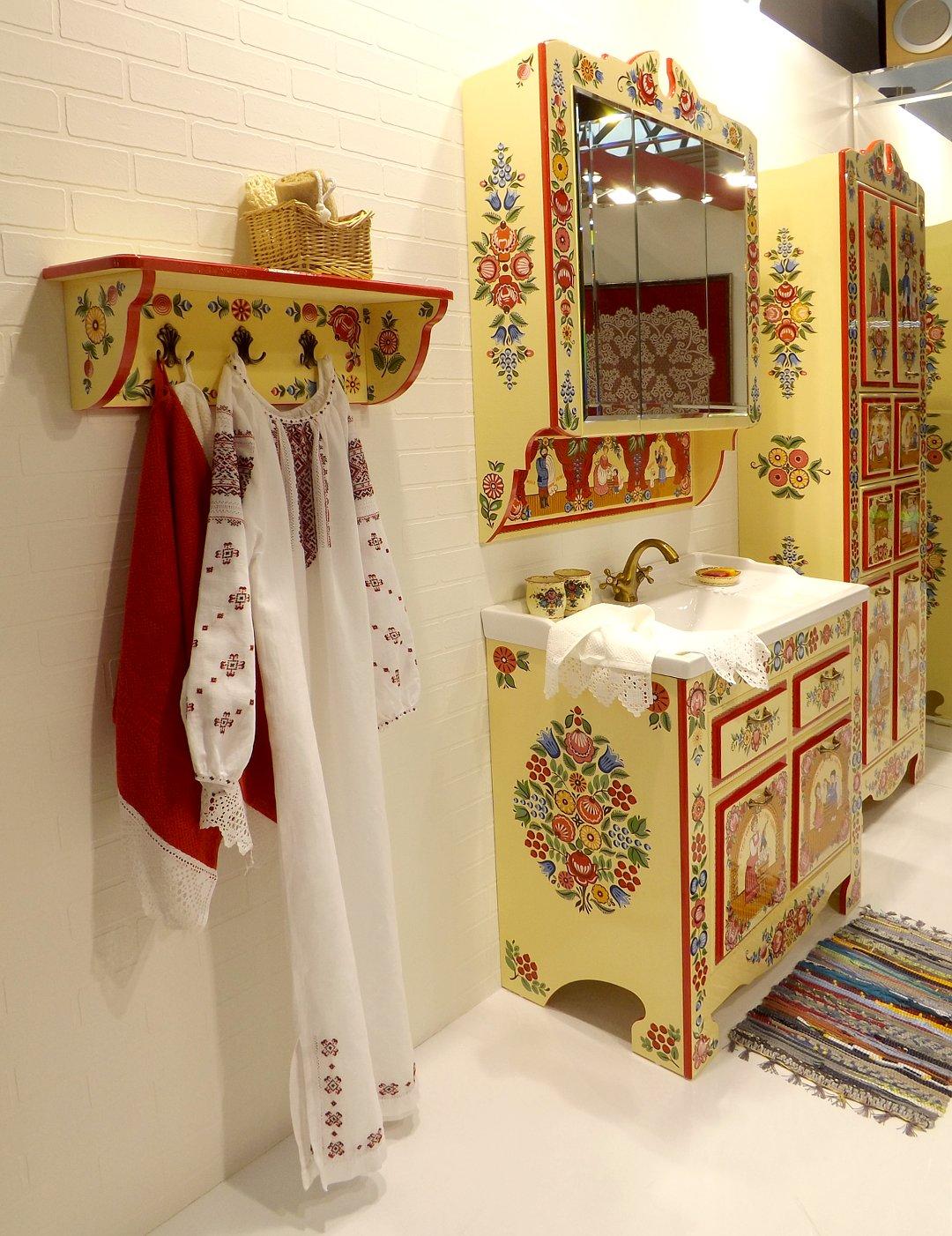Комплект мебели и санкерамики для ванной комнаты, украшенный росписью в стиле Городецких мотивов, представленный на выставке MosBuild 2017 в Москве