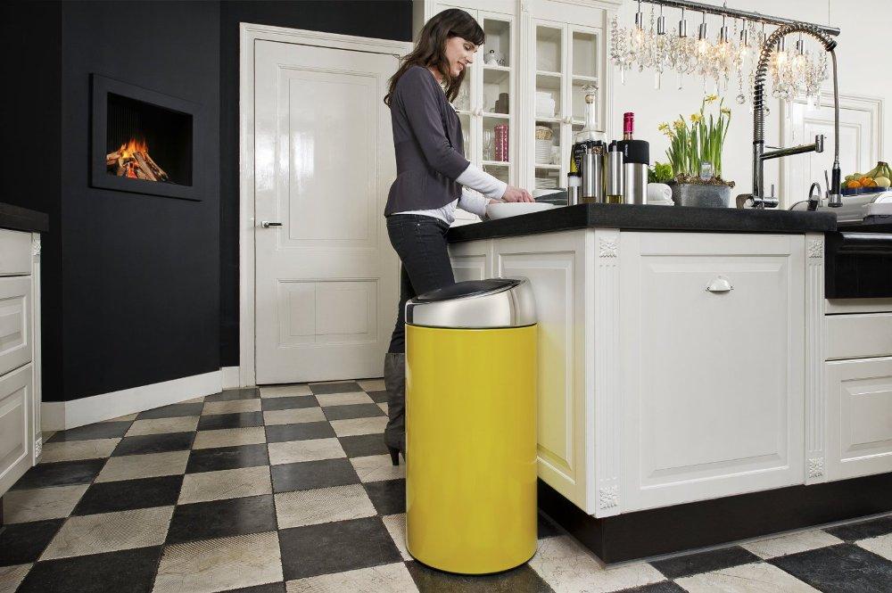 Мусорный бак от Brabantia ярко-жёлтого цвета подчёркивает контрасты в оформлении интерьера данной кухни