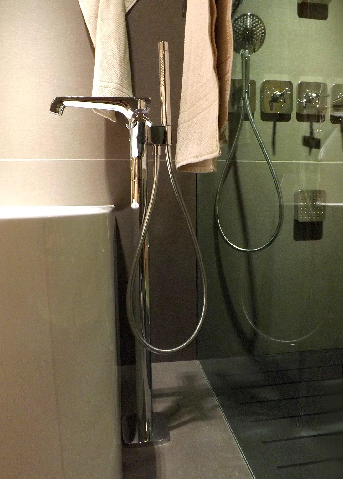 Модные тренды сантехники и аксессуаров для ванной 2016: напольный смеситель на экспозиции от AXOR (Hansgrohe) во время выставки MosBuild