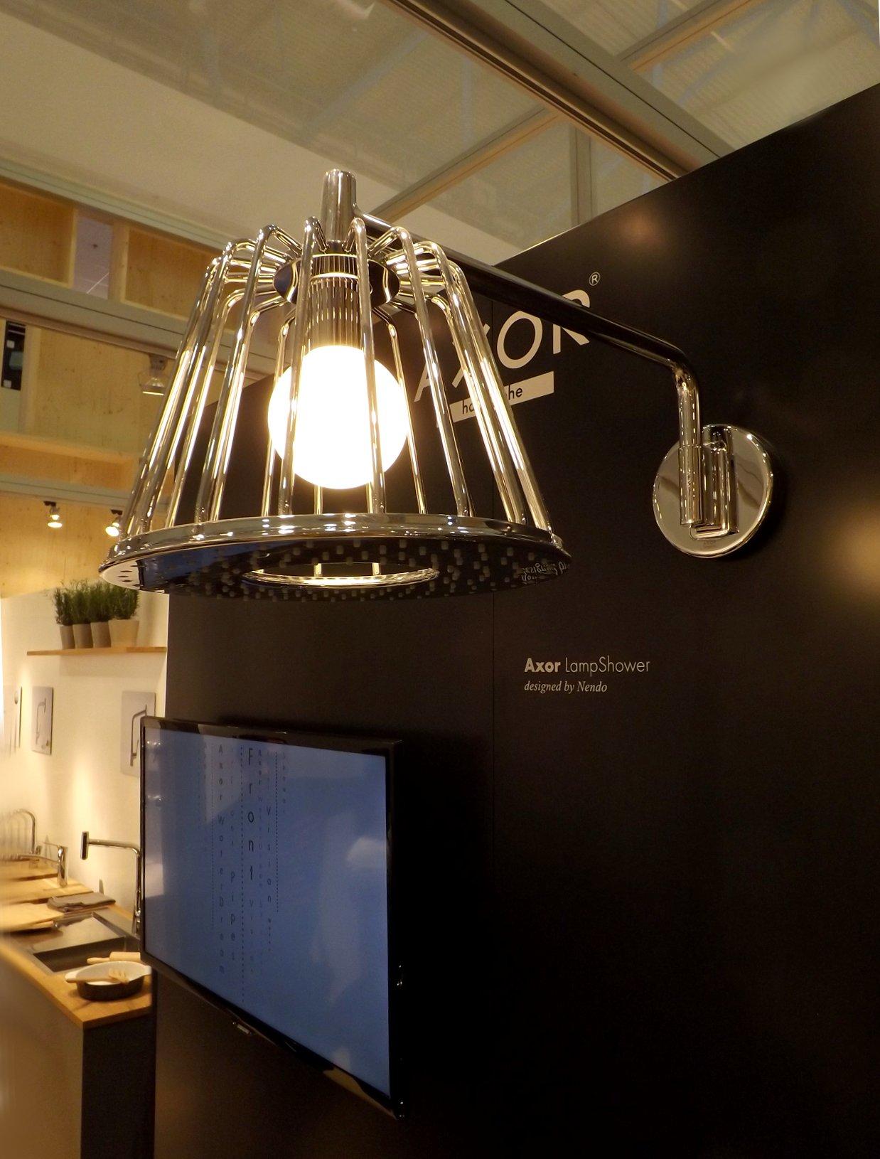 Модные тренды сантехники и аксессуаров для ванной 2016: душевая лейка-светильник на экспозиции от Hansgrohe на экспозиции от Roca во время выставки MosBuild