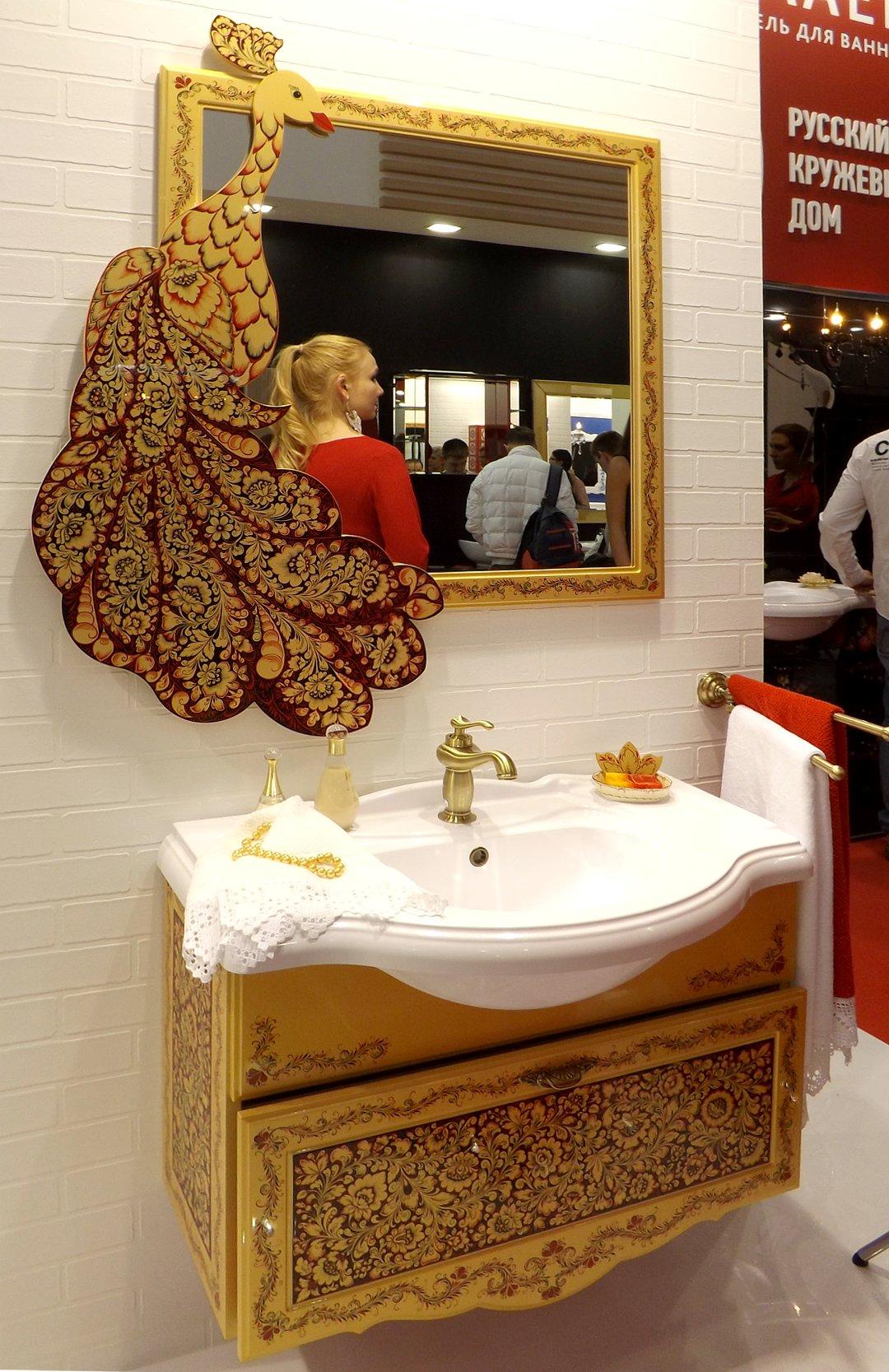 Раковина для ванной тумбой и зеркалом, украшенные рисунками на тему сказок о Жар-Птице, представленные на выставке MosBuild 2017 в Москве