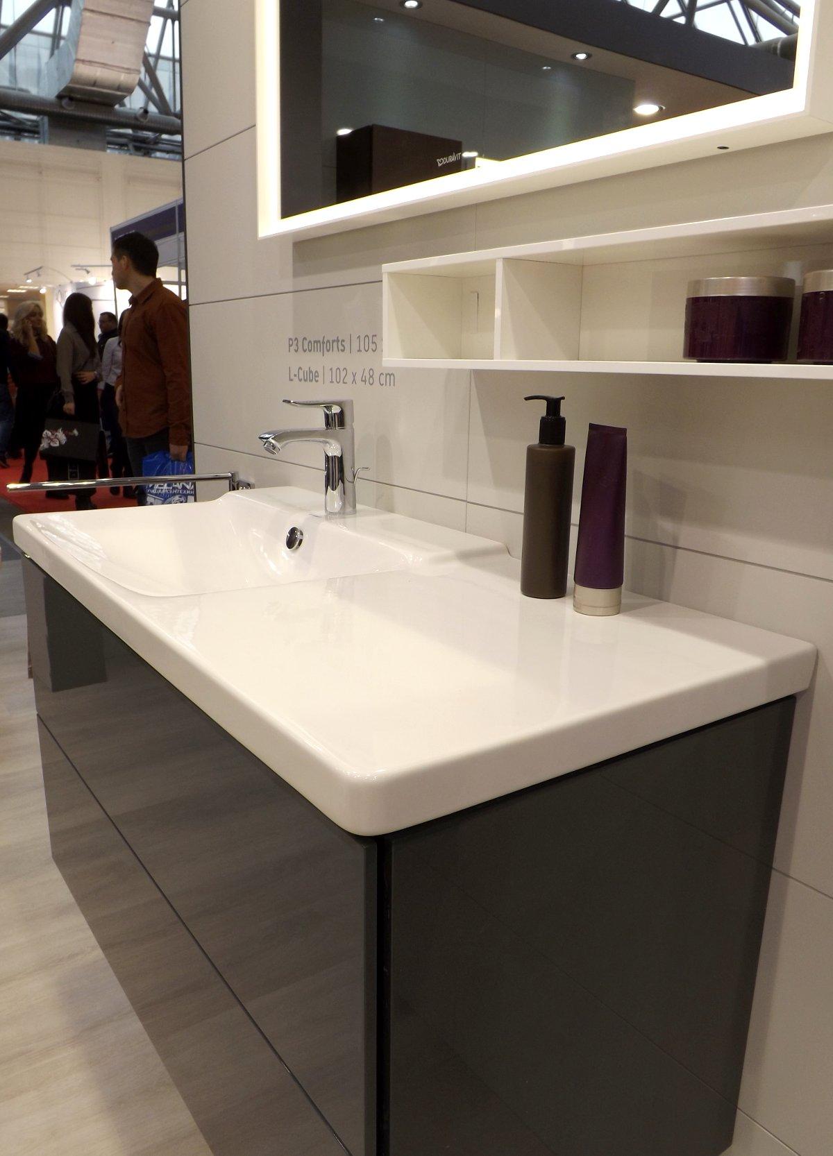 Мебель для ванной и зеркало L-Cube с раковиной P3 Comforts от Duravit на выставке МосБилд 2015. Вид А