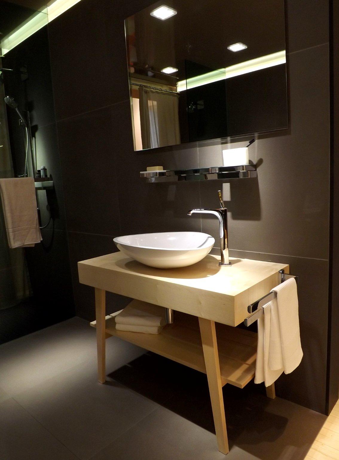 Модные тренды сантехники и аксессуаров для ванной 2016: умывальник со столешницей, зеркалом и открытым стеллажом на экспозиции от AXOR (Hansgrohe) во время выставки MosBuild