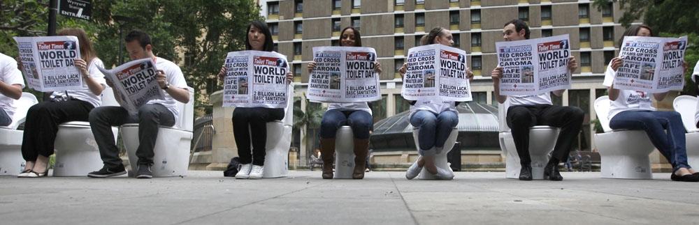 Позирующие участники празднования Всемирного дня туалета в городе Сидней (Австралия) 19 ноября 2010 года