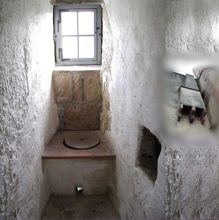Туалет в одном из замков Великобритании и вид этого помещения с наружной стороны замка