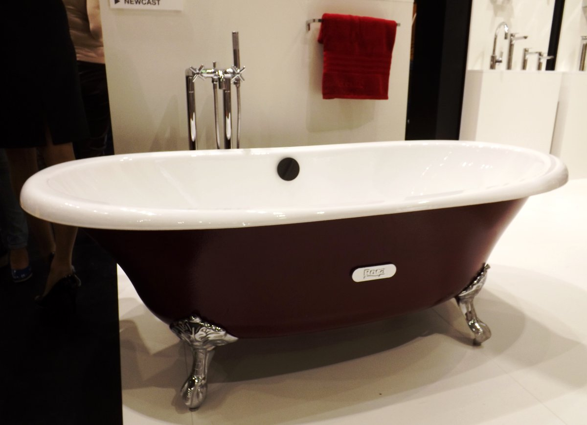 Отдельно стоящая ванна от Roca на выставке MosBuild 2013