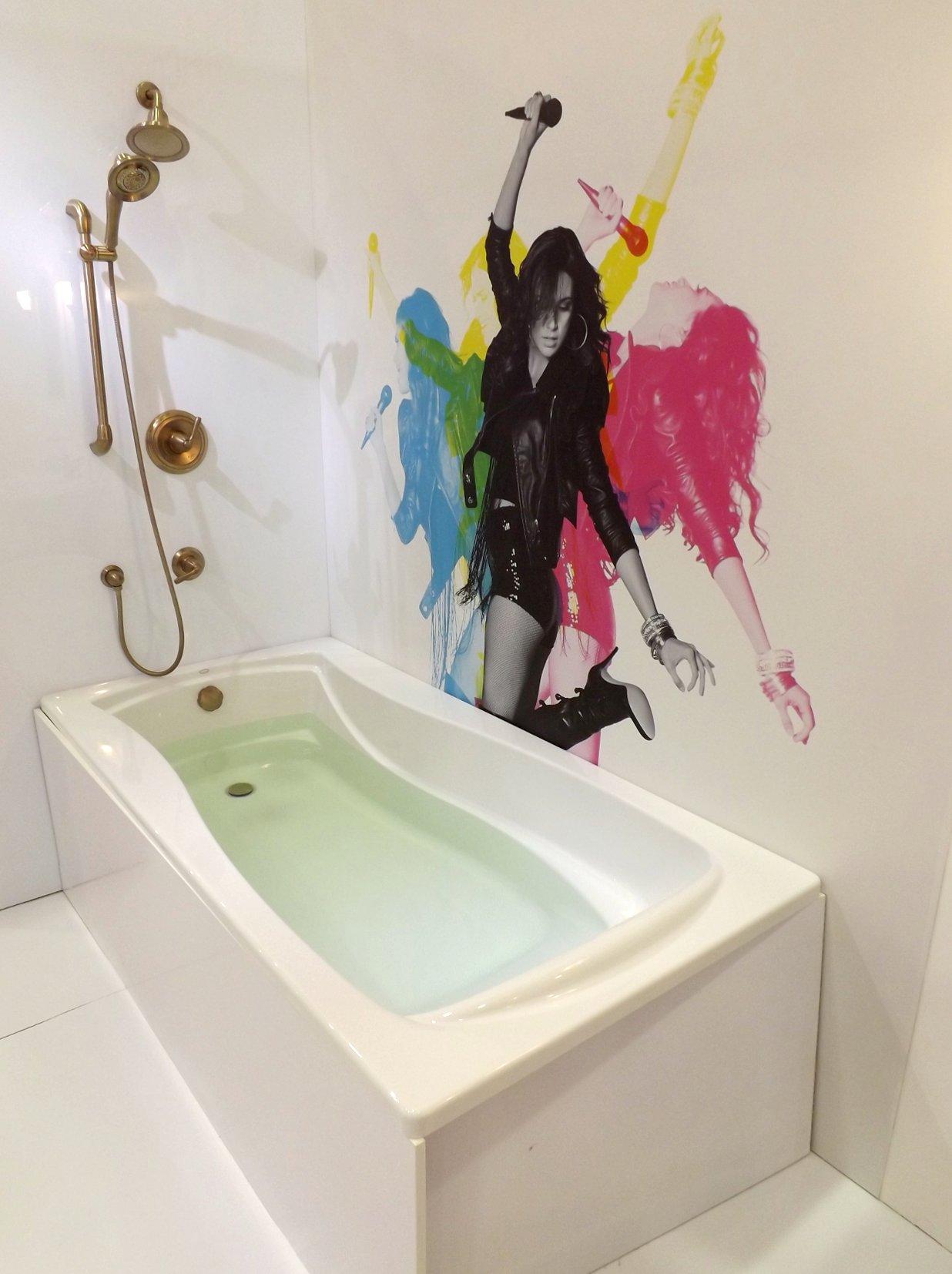 Модные тренды сантехники и аксессуаров для ванной 2016: ванна со встроенной акустической системой на экспозиции от Jacob Delafon и Kohler во время выставки MosBuild