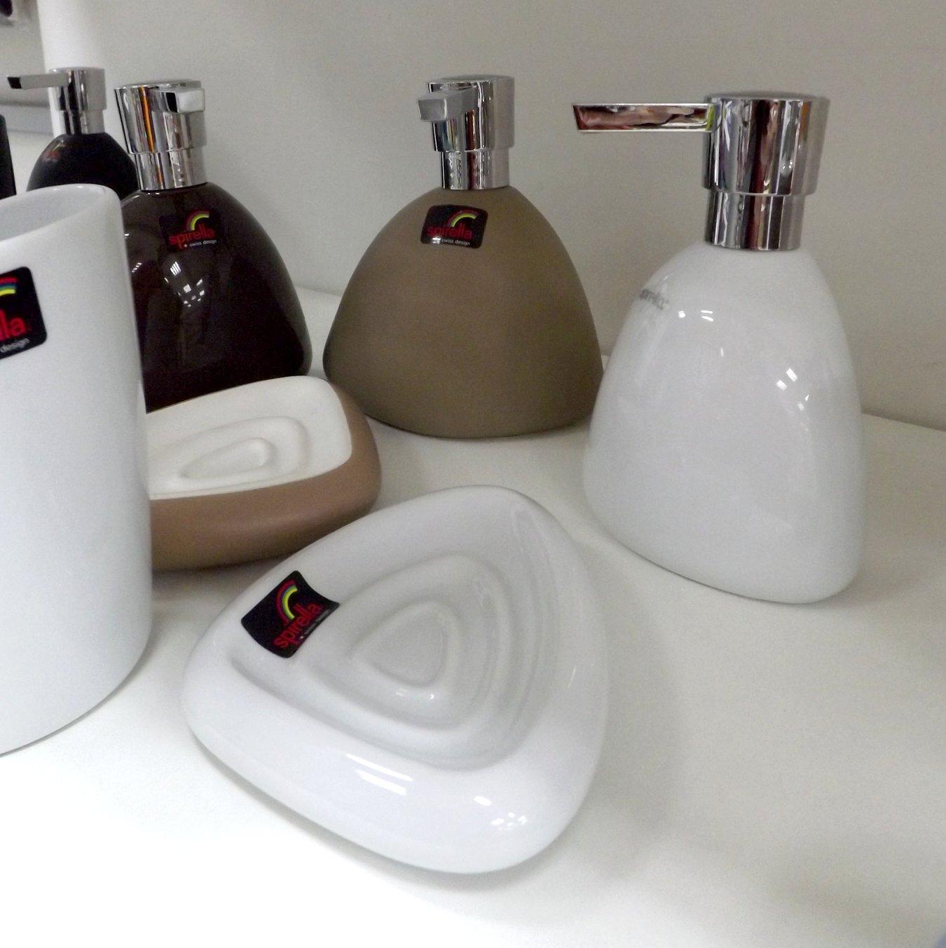 Аксессуары швейцарской фирмы Spirella из ассортимента 2015 года: дозаторы для мыла, мыльницы и стакан для щёток
