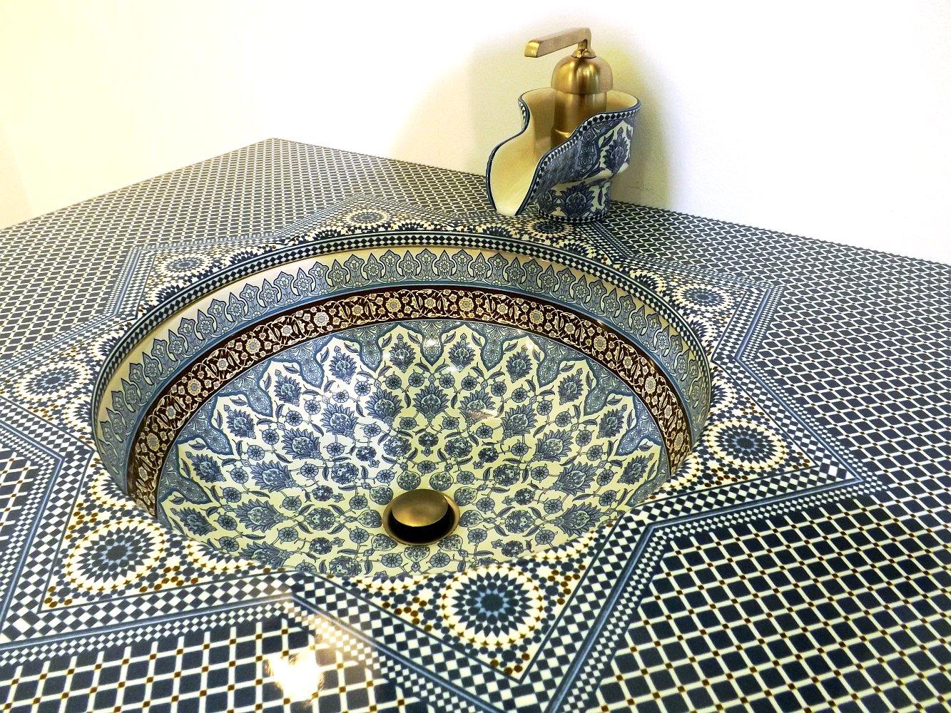 Фрагмент керамической раковины со столешницей и смесителем Marrakesh от Kohler на выставке МосБилд 2014