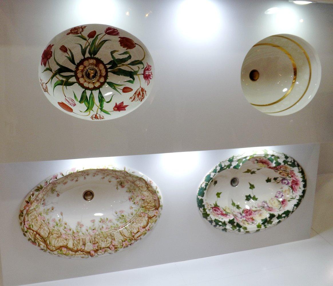 Экспозиция раковин с декором от Kohler на выставке МосБилд 2014