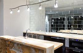 Иллюстрация к советам от Grohe по обустройству малогабаритных кухонь: размещение зеркал