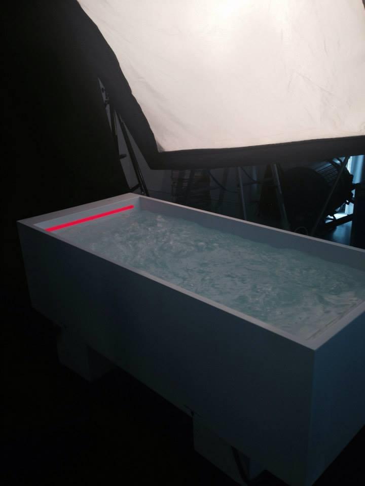 Фотографирование ванны при подготовке стенда Laufen на выставке DEL MOBILE 2014 в Милане