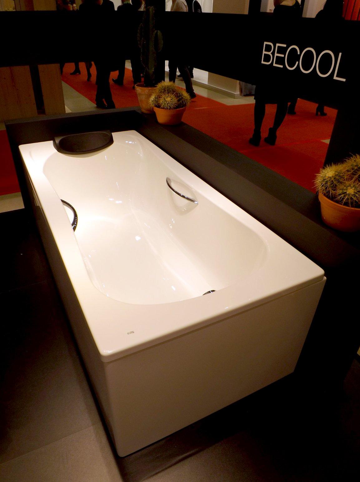 Модные тренды сантехники и аксессуаров для ванной 2016: ванна с подушкой и поручнями на экспозиции от Roca во время выставки MosBuild
