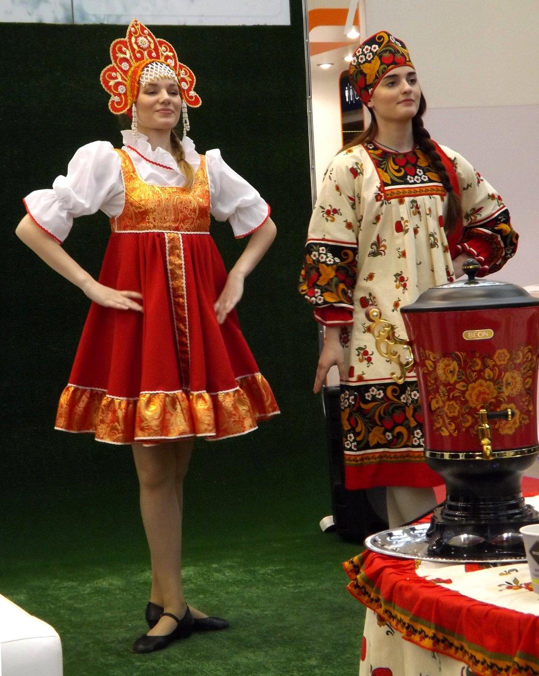Танцующие для привлечения внимания к экспозиции девушки на выставке MosBuild 2017 в Москве
