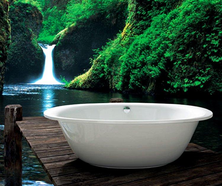 Белая стальная эмалированная ванна Kaldewei ELLIPSO на фоне природных образов