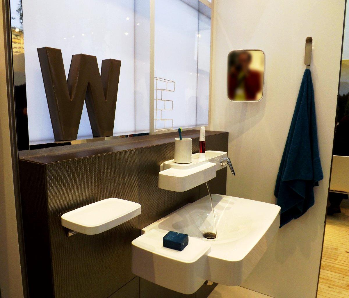 Демонстрация комплекта сантехники для ванной от Hansgrohe на выставке МосБилд-2013
