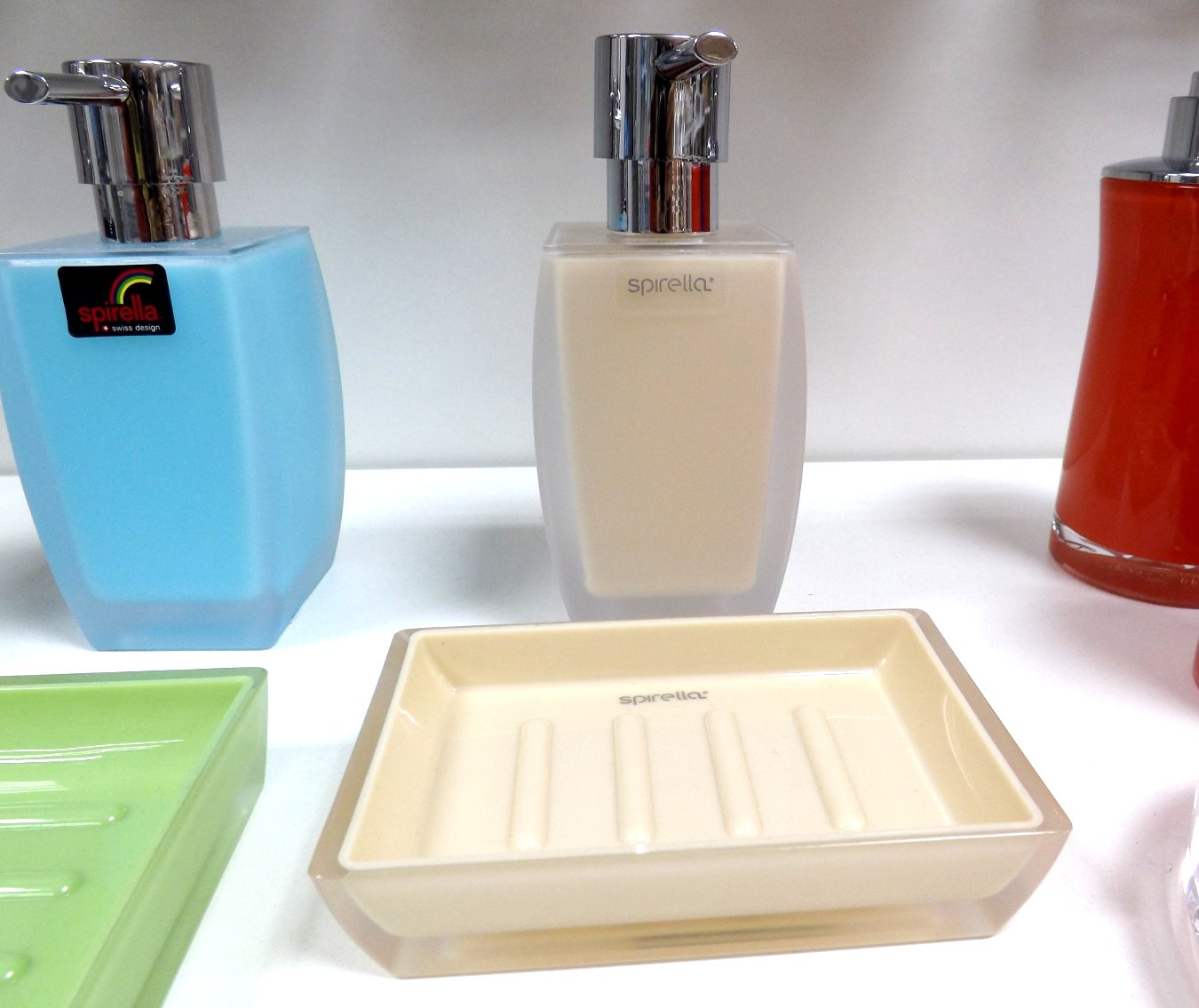 Аксессуары швейцарской фирмы Spirella из ассортимента 2015 года: дозаторы для мыла и мыльницы