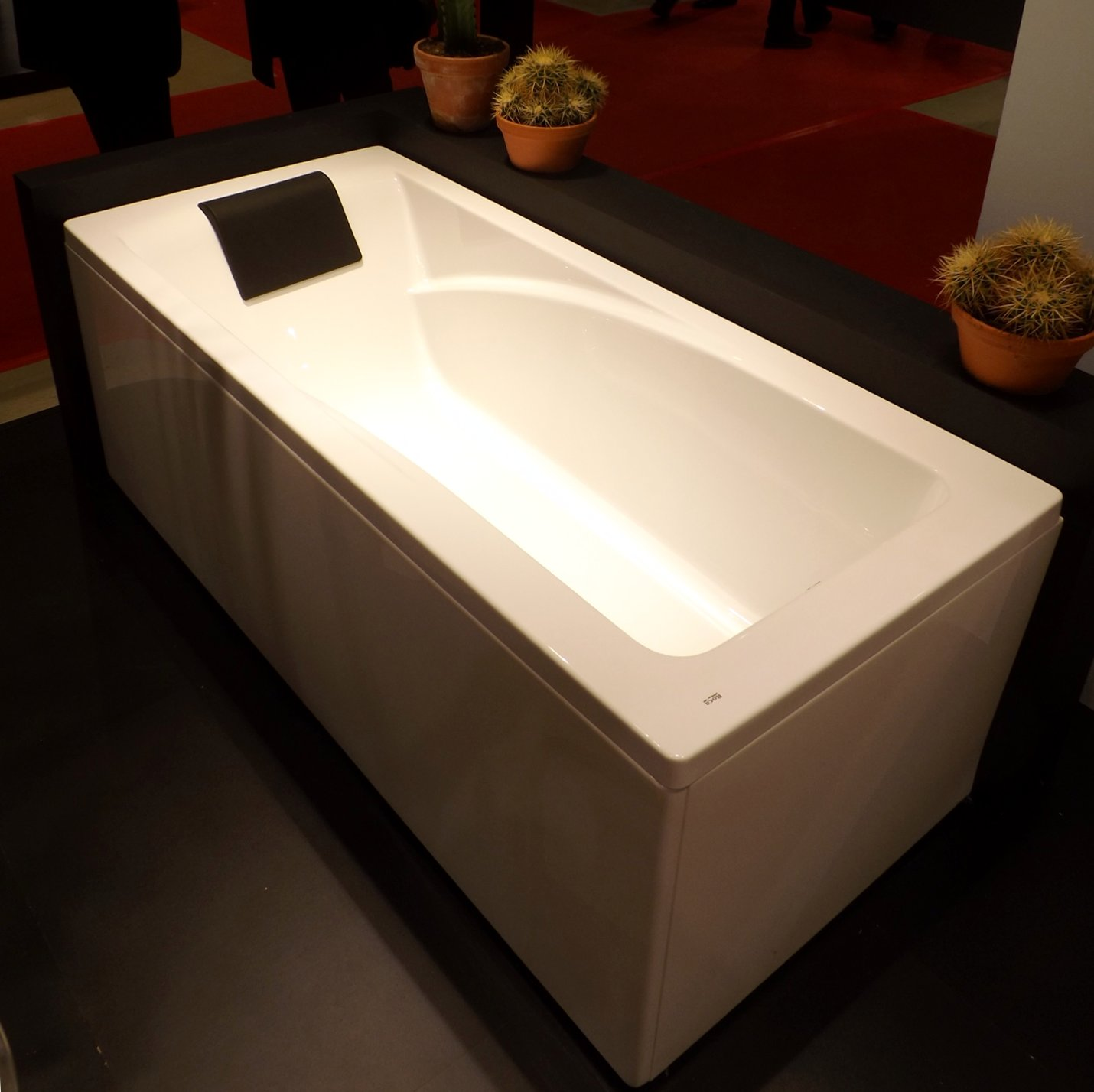 Ванна с оборудованием для гидромассажных процедур на международной строительной выставке «МосБилд»