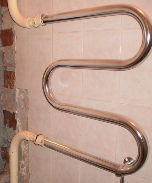 М-образный полотенцесушитель из нержавейки, являющийся частью стояка с горячей водой в рабочем состоянии