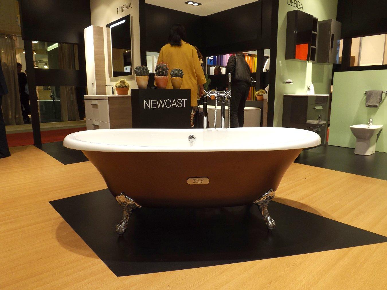 Модные тренды сантехники и аксессуаров для ванной 2016: отдельно стоящая ванна на экспозиции от Roca во время выставки MosBuild