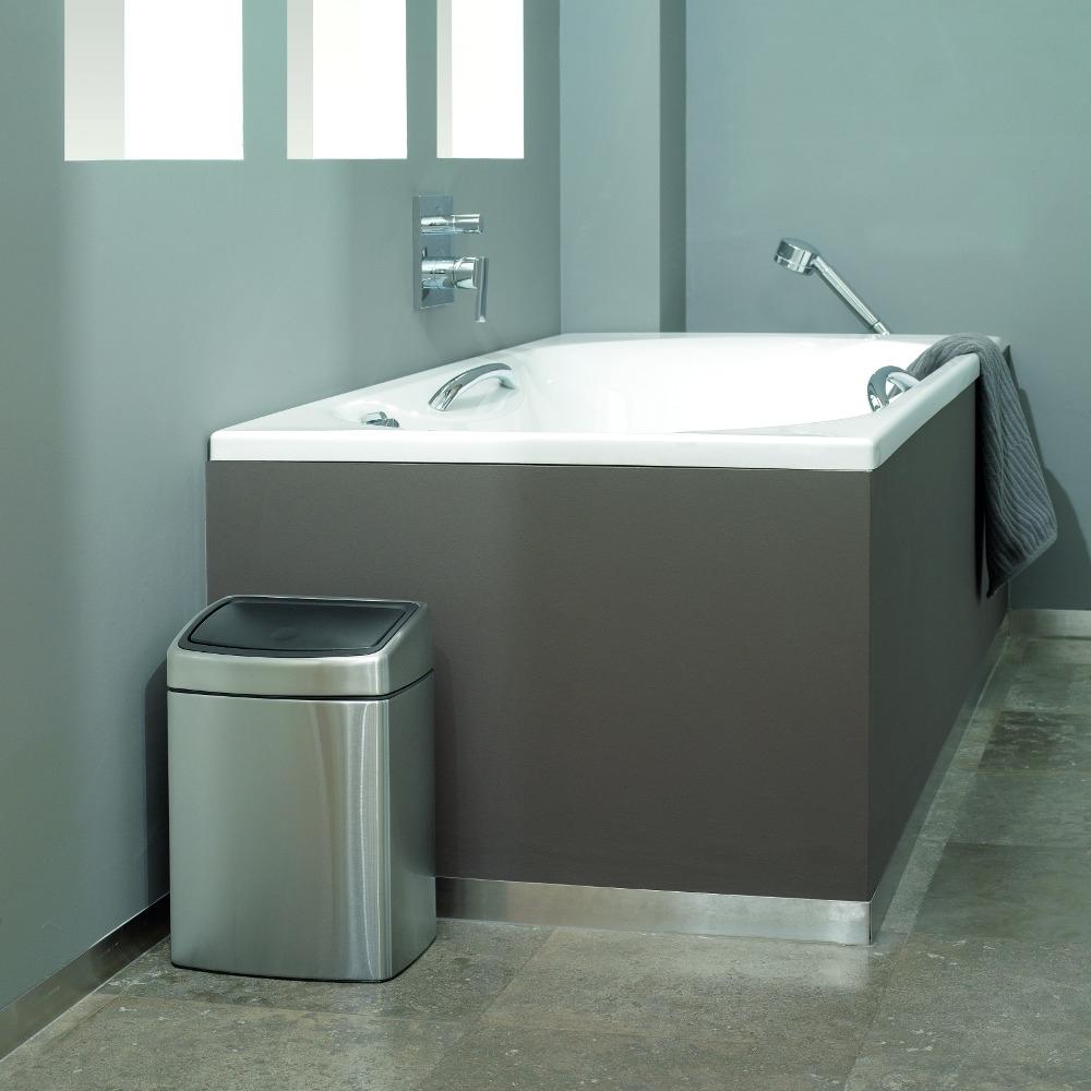 Мусорный бак от Brabantia с механизмом открывания в одно касание, в ванной комнате