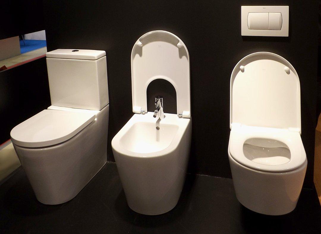 Напольный унитаз (слева), биде и настенный унитаз в вариации ROUND из коллекции INSPIRA от Roca, представленные на выставке MosBuild 2016