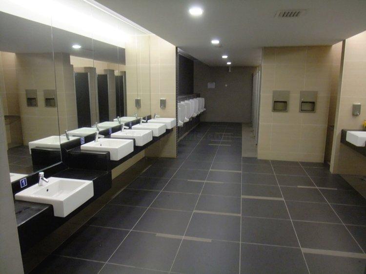 Сантехника и санкерамика в одном из общественных туалетов аэропорта Пинанг (Малайзия)