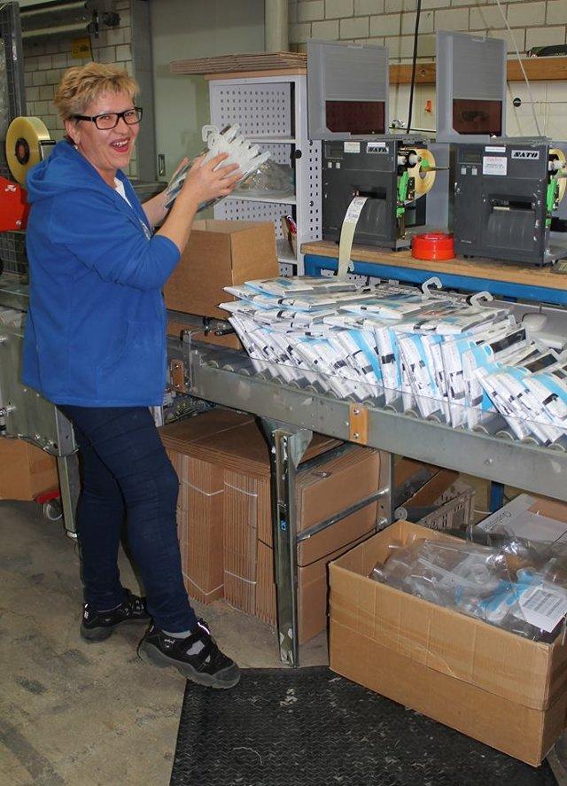 Иллюстрация к статье о производственных процессах по созданию аксессуаров для ванной от Spirella 2015-16 годов - ручная сортировка и упаковка готовых изделий