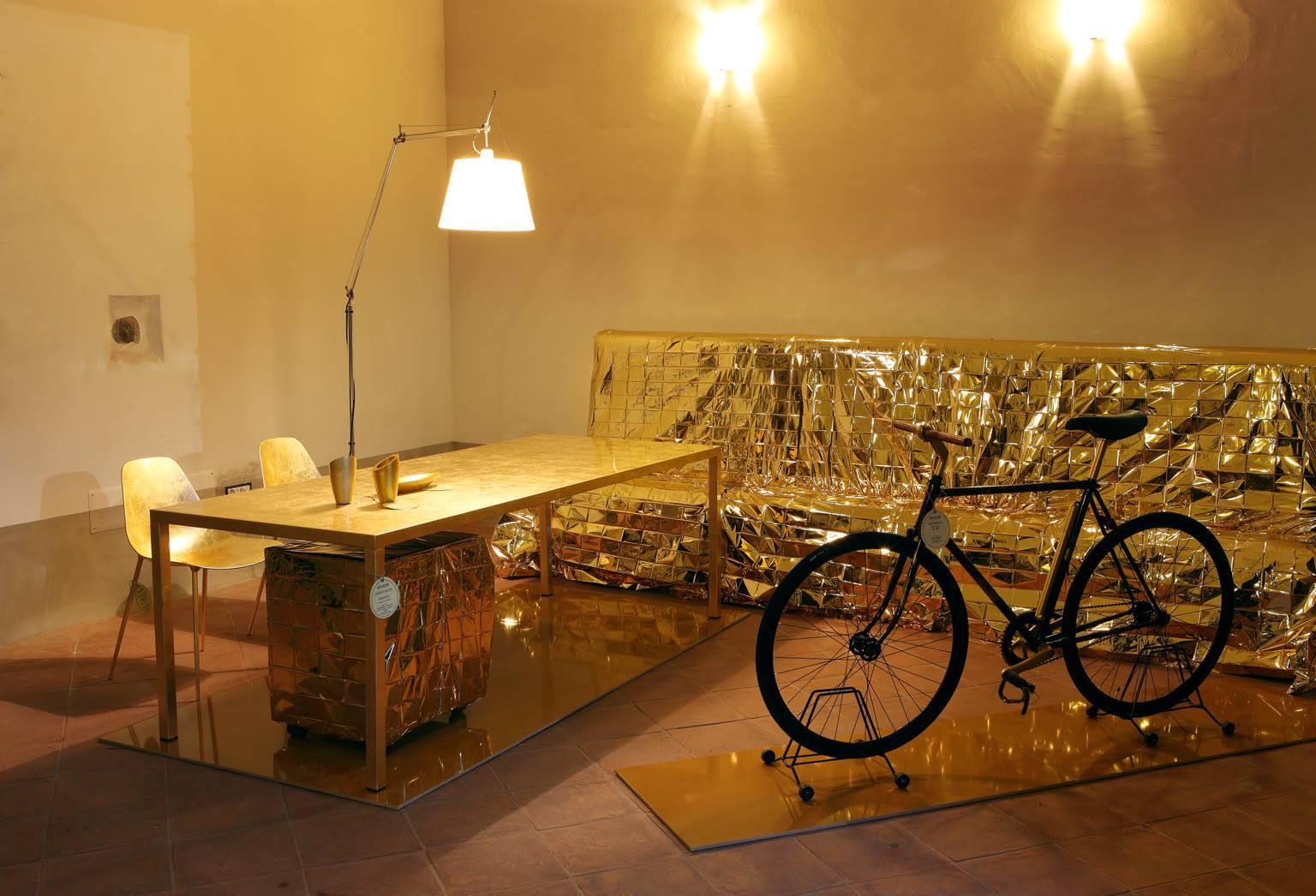 Письменный стол, диван и другие элементы золотого интерьера