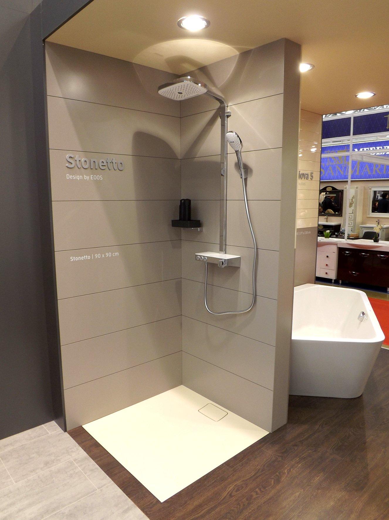 Модные тренды сантехники и аксессуаров для ванной 2016: душевая с плоским поддоном (без порогов) на экспозиции от Duravit во время выставки MosBuild