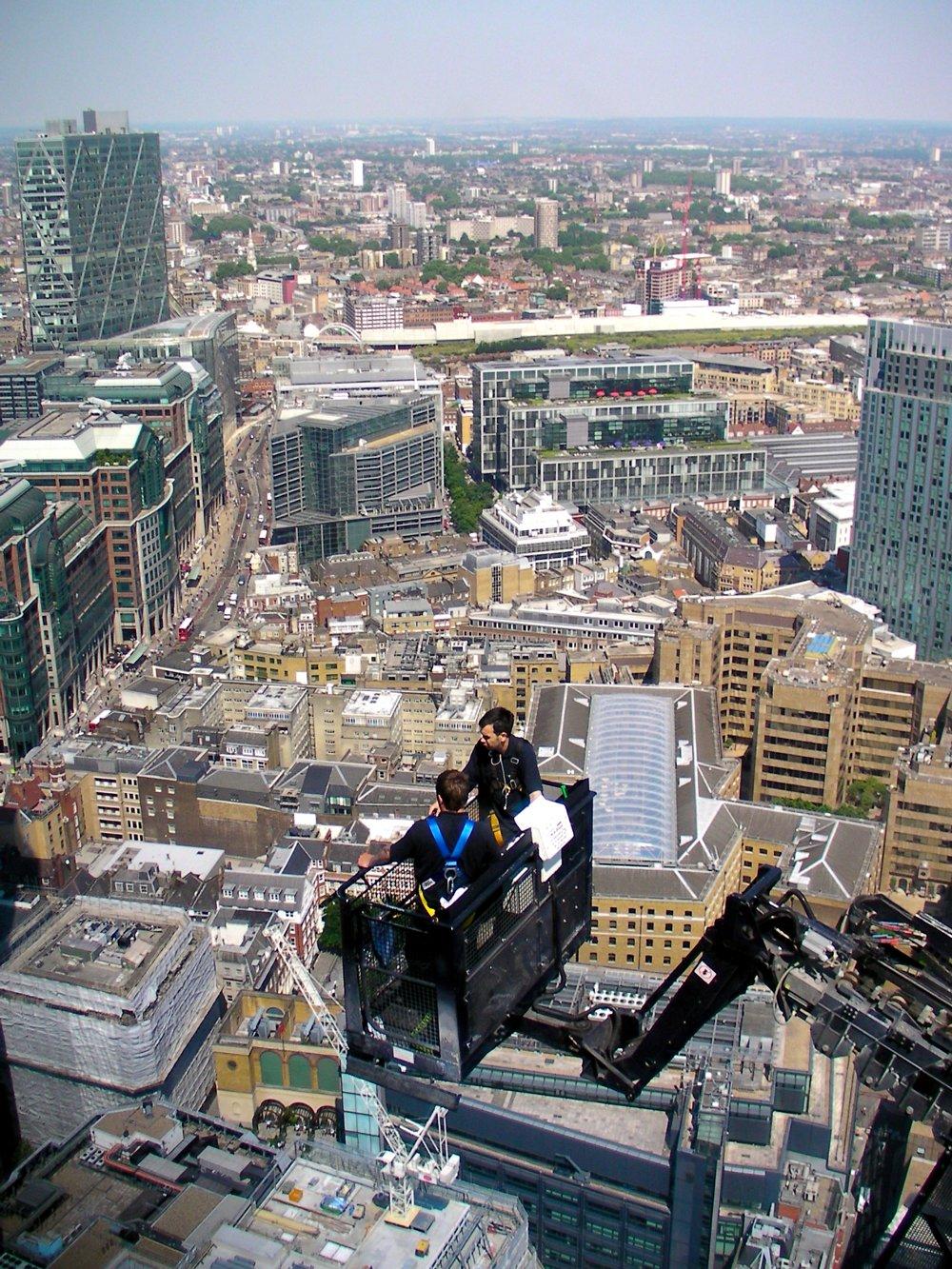 Иллюстрация к интервью с мойщиком поверхности 40-этажного здания в Лондоне. Вид с вершины здания