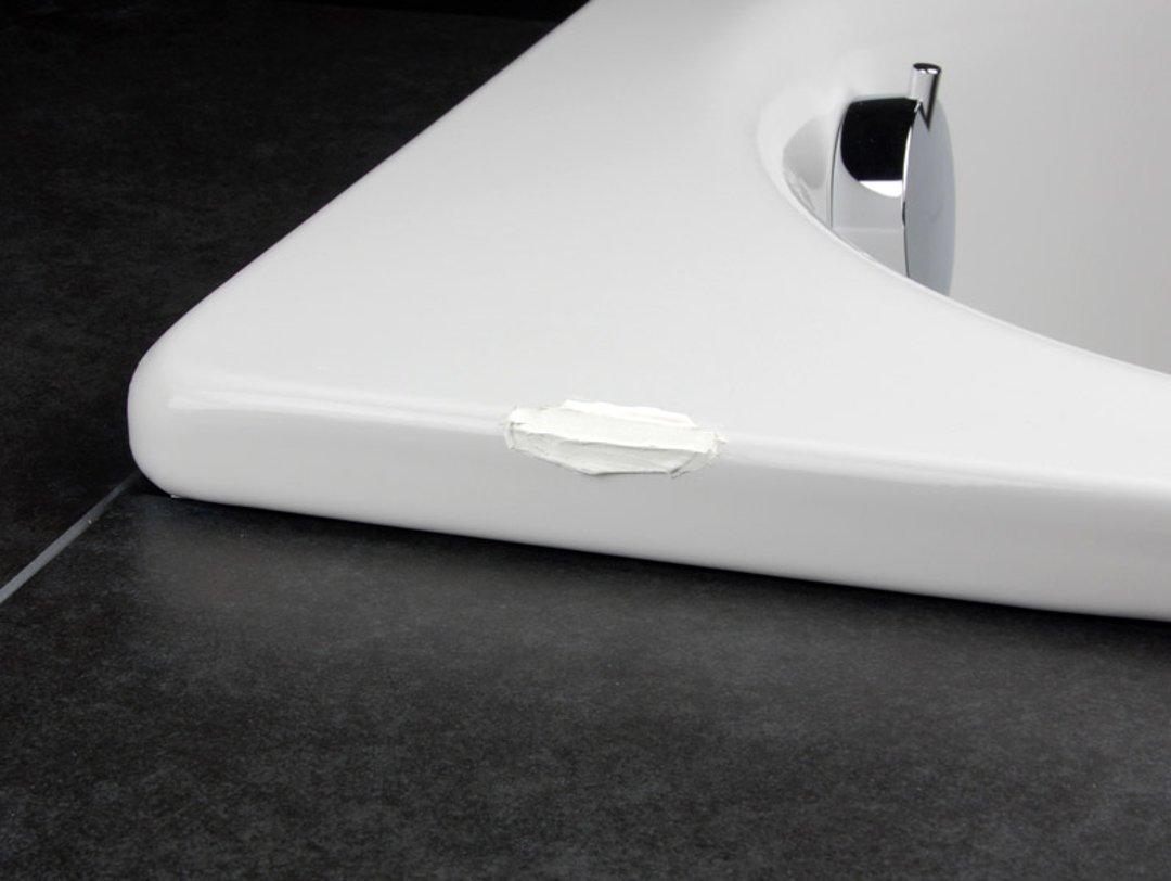 Нанесение наполнителя и отвердителя. Иллюстрация к инструкции по восстановлению эмали и ремонте сколов ванны или раковины помощью ремонтного комплекта от Cramer