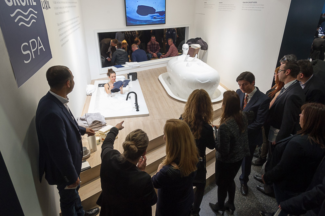 Ванна от Lixil (справа) в рамках экспозиции Grohe на выставке ISH 2015