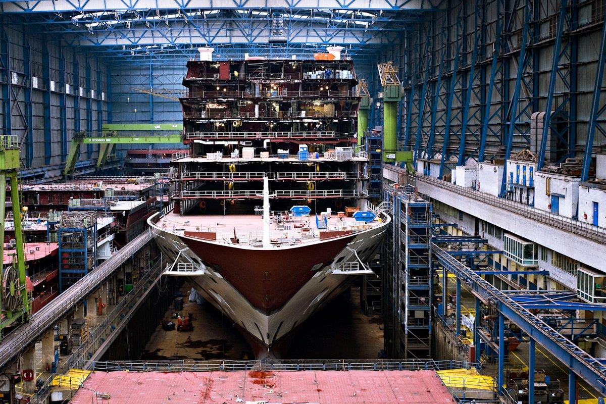Иллюстрация к статье о сантехнике на океанских круизных лайнерах: строительство лайнера Norwegian Breakaway в доке Meyer Werft