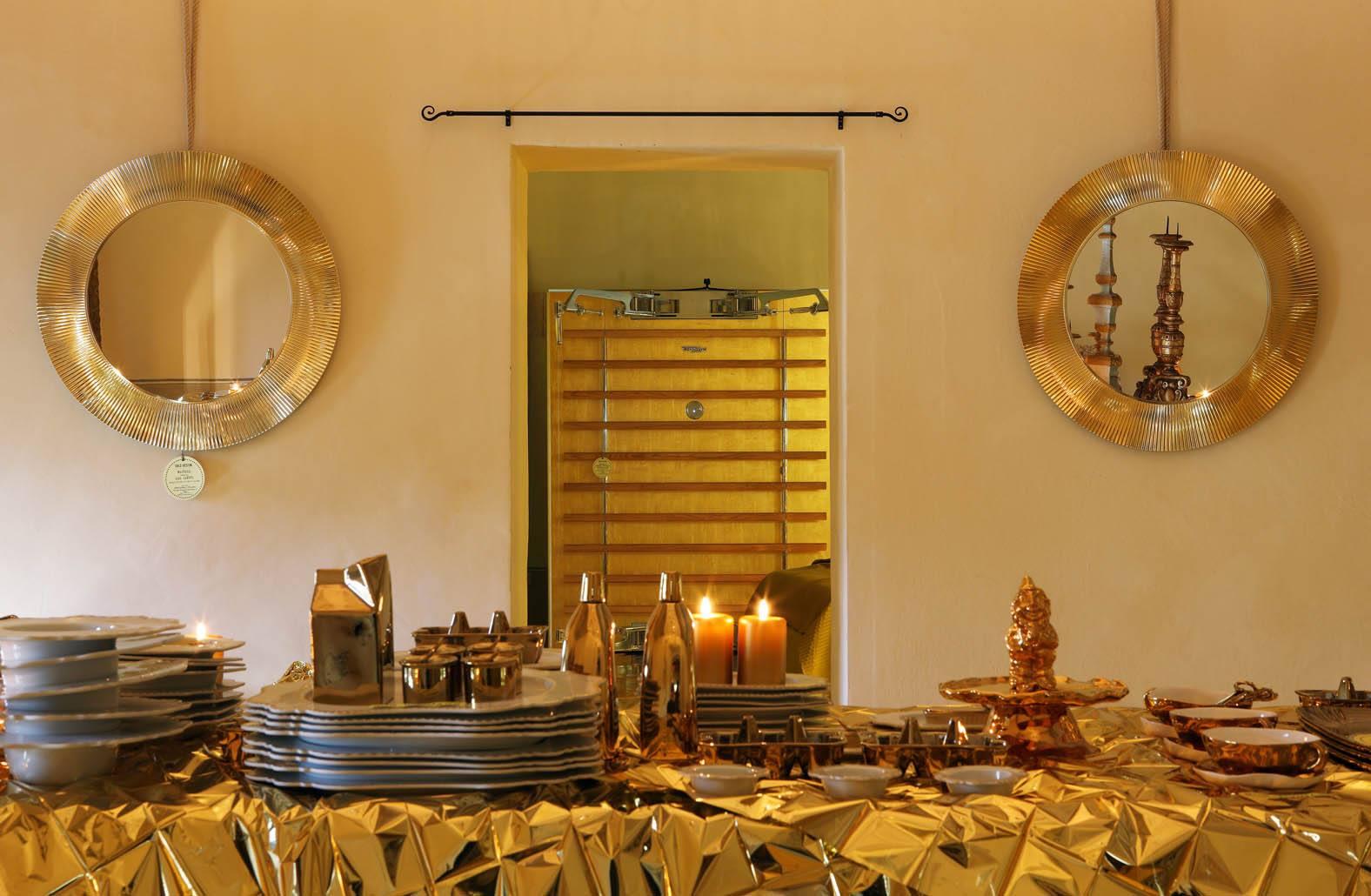 Зеркала от Kartell и Laufen в золотом интерьере