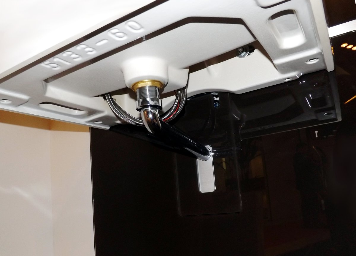 Подвесная раковина на сантехническом модуле MONOLITH от Geberit, на выставке MosBuild 2014