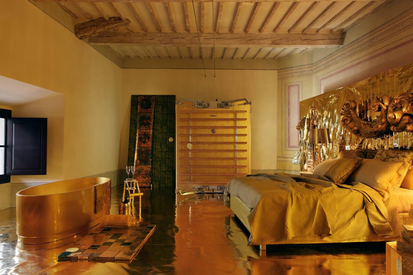 Ванная и спальная комнаты, совмещённые в золотом интерьере