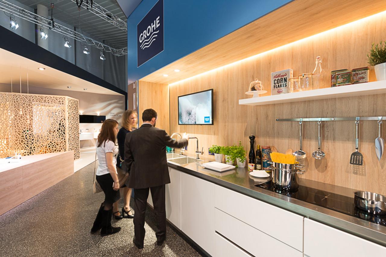 Композиция из сантехники и мебели для кухни на выставочном стенде Grohe во время выставки ISH 2015