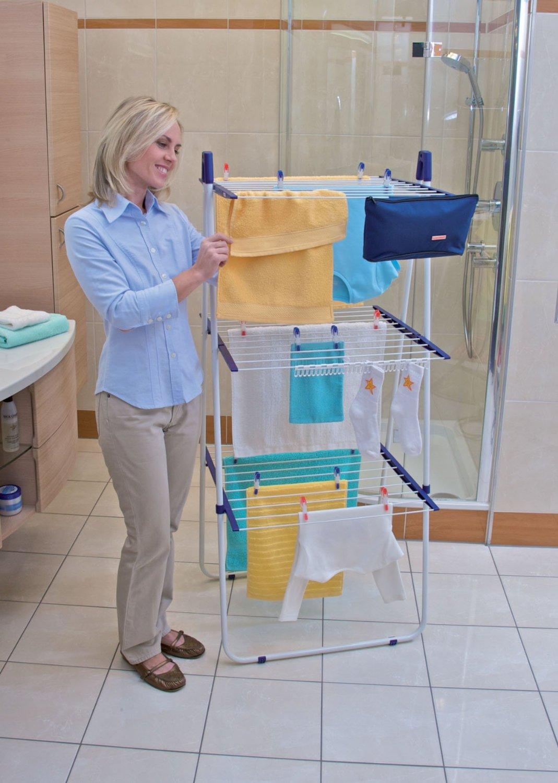 Напольная сушилка для белья от Leifheit в рабочем положении, в ванной комнате
