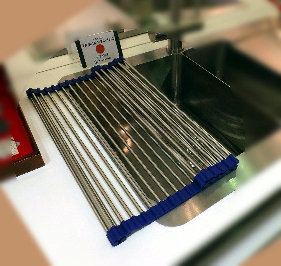 Кухонная мойка Omoikiri с аксессуаром из нержавейки и силикона на выставке МЕБЕЛЬ 2013 в московском Экспоцентре