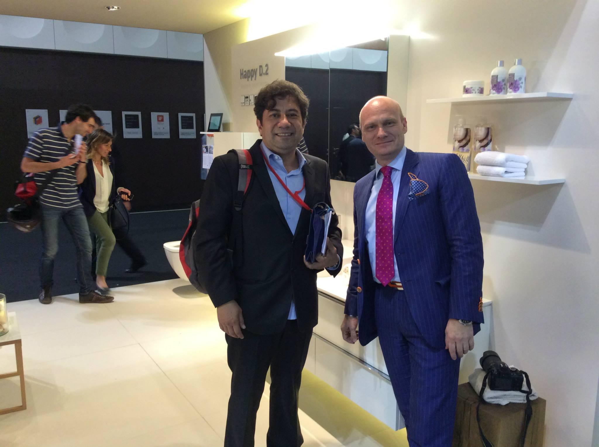 Майкл Зигер (справа) из дизайн-бюро sieger design беседует на выставочном стенде Duravit 2014 в Милане о своих проектах Happy D, X-Large, 2nd floor и т.п.