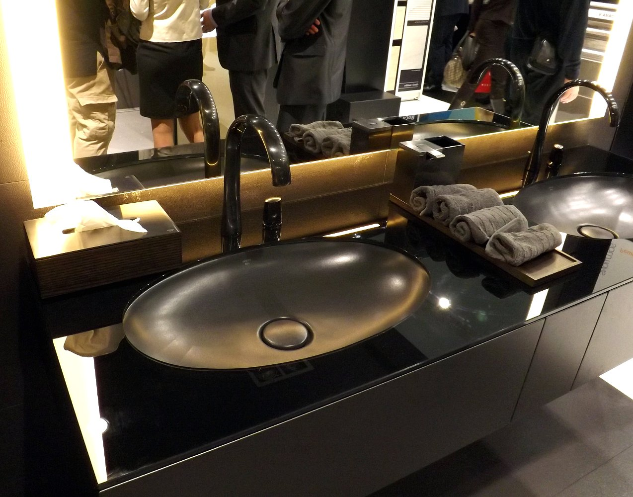 Сантехника и мебель для ванной от Armani-Roca с брашировкой изливов и ручек смесителей