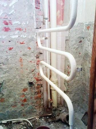 М-образный полотенцесушитель, являющийся частью стояка с горячей водой в рабочем состоянии