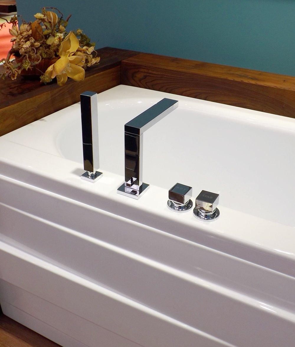Cмеситель на 4 отверстия на ванне БАЛАТОН, на выставке MosBuild 2014